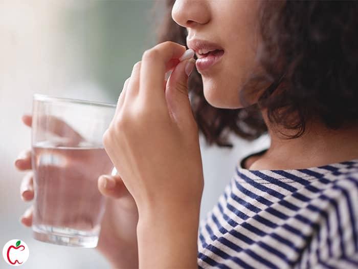 زنی در حال خوردن قرص آرامبخش - سیوطب