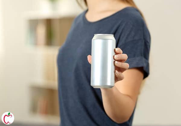 زنی که یک قوطی شیرین کننده مصنوعی دردست دارد  خطرات شیرین کننده های مصنوعی   سیوطب