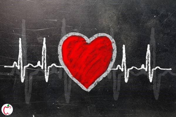 قلب قرمز رنگ روی صفحه ای سیاه | سلامت قلب | سیوطب