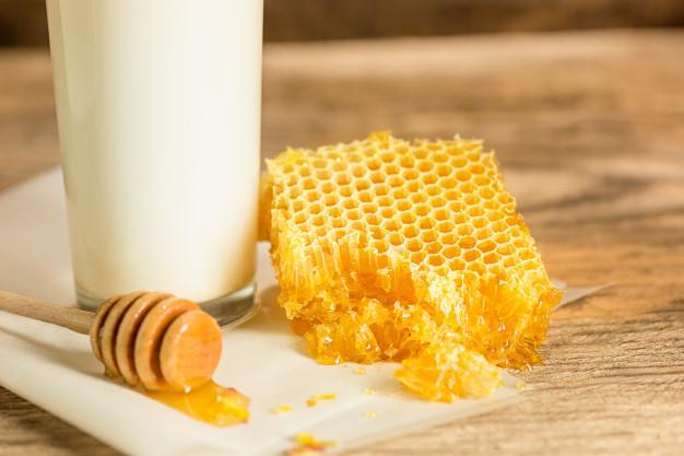 مزایای شیر و عسل برای پوست و مو