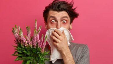 مردی دستمال به دست در حال عطسه ، بیماری های فصل بهار