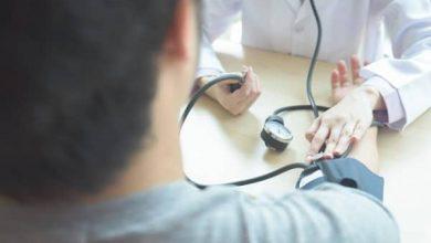 چک آپ بدن توسط پزشک گرفتن فشار خون | سیوطب
