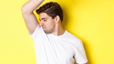 درمان عرق زیر بغل | عرق زیر بغل مردی با لباس آبی | سیوطب
