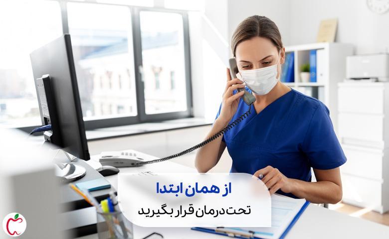منشی پزشک در حال پاسخ دادن به تلفن سیوطب