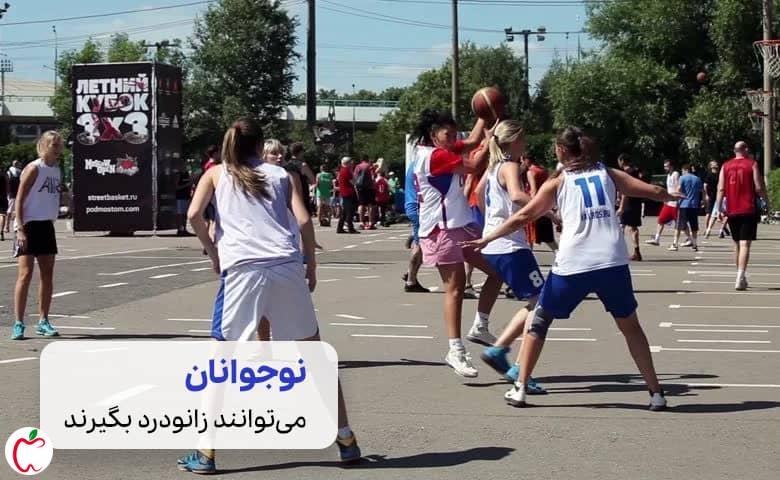 کشکک زانو| یک زمین بسکتبال با بازیکنان نوجوان سیوطب